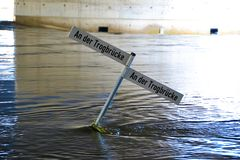 Calle inundada durante la inundación imagenes de archivo