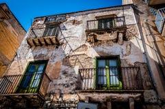 Calle italiana en la ciudad Alcamo de Sicilia foto de archivo libre de regalías