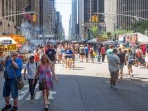 Calle justa en la 6ta avenida en el Midtown New York City Imagen de archivo libre de regalías