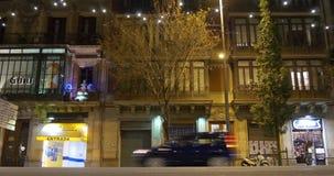 Calle 4k España del tráfico de ciudad de la luz de la noche de Barcelona almacen de video