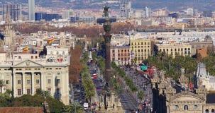 Calle 4k España del tráfico del monumento de Columbus del tiempo del día de Barcelona almacen de metraje de vídeo