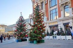 Calle Kuznetskiy de la decoración de la Navidad más en Moscú, Rusia fotografía de archivo libre de regalías