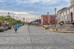 Calle La Calzada och den Granada domkyrkan på bakgrunden in Arkivbilder