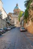 Calle a la catedral del Duomo en la plaza Armerina Foto de archivo libre de regalías