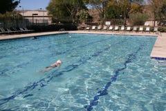 Calle la piscina de la comunidad Imagenes de archivo