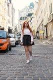 Calle larga del viento del viaje del turismo de la ciudad del pelirrojo del pelo de la muchacha Fotos de archivo