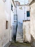Calle lateral en el pueblo Corfú de Rachtades foto de archivo libre de regalías
