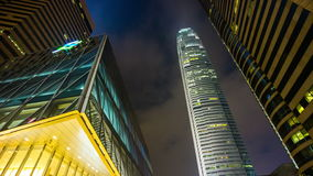 Calle ligera de la torre de Hong-Kong de la noche que camina encima de China del lapso de tiempo de la visión 4k