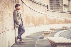 Calle masculina joven de la moda en la pared Foto de archivo libre de regalías