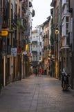 Calle medieval atmosférica, Vitoria-Gasteiz, país vasco, España foto de archivo libre de regalías