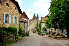 Calle medieval con el castillo, Chateauneuf, Borgoña, Francia Imagen de archivo