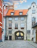 Calle medieval en la ciudad vieja de Riga, Letonia Imagen de archivo