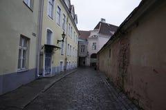 Calle medieval en la ciudad vieja de Tallinn Foto de archivo