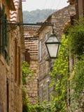 Calle mediterránea de la aldea Fotos de archivo libres de regalías