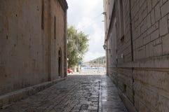 Calle mediterránea estrecha tradicional con las casas de piedra en Trogir Fotos de archivo libres de regalías