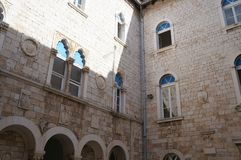 Calle mediterránea estrecha tradicional con las casas de piedra en Trogir Fotos de archivo
