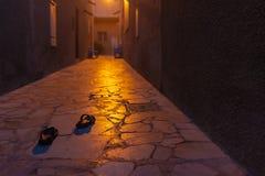 Calle misteriosa en la oscuridad, Dubai imágenes de archivo libres de regalías