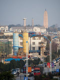 Calle moderna en Dali China con las pagodas en fondo Fotos de archivo libres de regalías