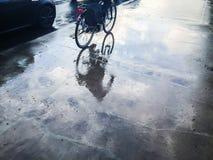 Calle mojada con la reflexión del bycicle Imagen de archivo libre de regalías