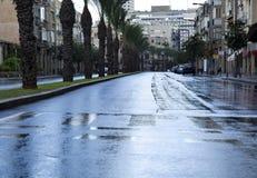 Calle mojada vacía del invierno imagenes de archivo