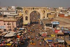 Calle muy transitada con un arco grande próximo el Charminar icónico fotografía de archivo libre de regalías