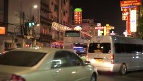 Calle muy transitada de Chinatown en Bangkok con el tuktuk tailandés y taxis en la noche metrajes