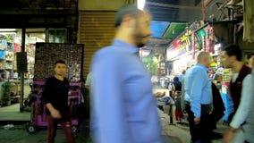 Calle muy transitada de igualar a Khan El Khalili Bazaar, El Cairo, Egipto metrajes