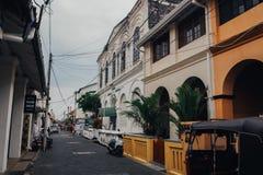 Calle muy transitada de Kandy en Kandy céntrico, la segundo mayor ciudad y la capital cultural de Sri Lanka Fotografía de archivo