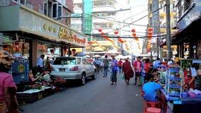 Calle muy transitada del mercado de Chinatown, Rangún, Myanmar almacen de video