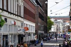 Calle muy transitada en Amsterdam, Holanda, Países Bajos imágenes de archivo libres de regalías