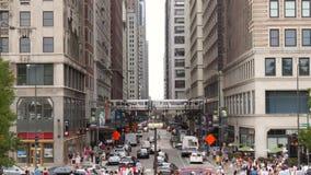 Calle muy transitada en Chicago céntrica almacen de video