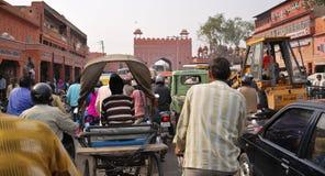 Calle muy transitada en Jaipur. La India Fotos de archivo