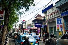 Calle muy transitada en Kuta, Bali Foto de archivo