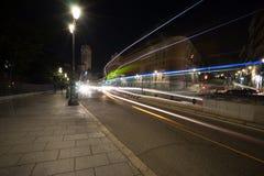 Calle muy transitada en Madrid durante la noche fotografía de archivo