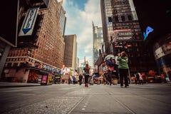 Calle muy transitada en Manhattan, New York City Imagen de archivo libre de regalías