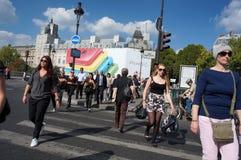 Calle muy transitada en París Foto de archivo libre de regalías