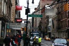 Calle muy transitada ny del camino del taxi del edificio del tráfico Foto de archivo