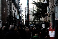 Calle napolitana con los transeúntes fotos de archivo