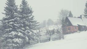 Calle Nevado de la ciudad de la montaña, calamidad de la nieve Paisaje del invierno con nieve que cae metrajes