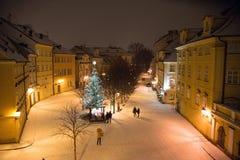 Calle nevosa de la Navidad de la tarde del paisaje del invierno de la noche en Praga Imagen de archivo libre de regalías
