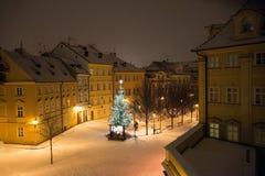 Calle nevosa de la Navidad de la tarde del paisaje del invierno de la noche en Praga Fotografía de archivo libre de regalías