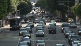 Calle ocupada de la ciudad en Los Ángeles céntrico día metrajes