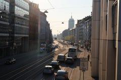 Calle ocupada de la ciudad de Munich con la ambulancia fotografía de archivo libre de regalías