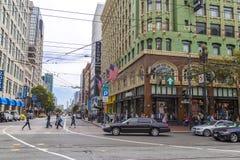 Calle ocupada de las compras y de mercado empresarial en San Francisco, California Foto de archivo libre de regalías