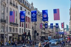 Calle ocupada de Londres con las banderas y las banderas del fútbol americano imagen de archivo