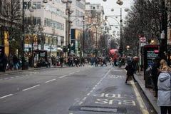 Calle ocupada de Oxford en Londres en el período de la Navidad Imagen de archivo libre de regalías