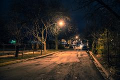 Calle oscura de la ciudad en la noche Imágenes de archivo libres de regalías