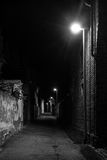 Calle oscura en la noche Foto de archivo
