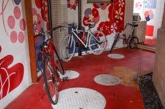 Calle, pared y bici Fotos de archivo