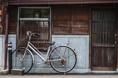 Calle, pared y bici, casa vieja Foto de archivo libre de regalías